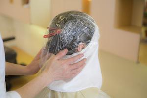 一剤を最後まで地肌にかけて髪の毛、地肌に浸透させていきます