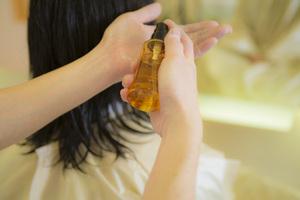 髪の毛を 整えてからベルジュバンスヘアケアオイルをつけて乾かします
